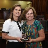 A deputada Silvana Covatti propôs a entrega do troféu à empresária - Crédito: Vinicius Reis / Agência AL-RS / Divulgação