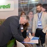 Presidente da Sicredi Integração RS/MG, Adilson Metz assinou contrato no estande da instituição financeira de crédito na Construmóbil - Crédito: Roberta Colombo